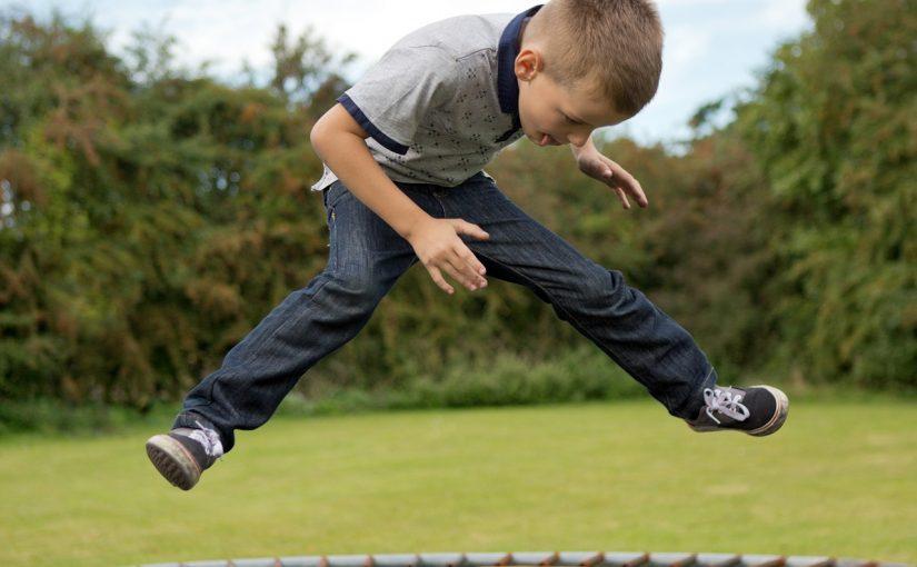 Lege og tricks på trampolin